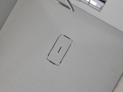 Avec les receveurs de douche Ban, la texture bouchardée s'associe à la pureté de la géométrie pour créer un produit léger et sophistiqué, avec des proportions qui rappellent celles d'une sculpture.