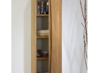 Réservé aux amateurs de bois massif la collection Danaée se décline en Iroko, bois aux reflets ambrés, ou en chêne avec des tons blonds. Le cintrage du bois, présent sur la découpe des poignées mais aussi sur la ligne inférieure du meuble, rend cette collection unique.