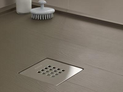 Enmarcado est un receveur de douche conçu pour les espaces qui ont du caractère : la simplicité et l'équilibre des lignes droites alliées à l'effet sobre et robuste de l'ardoise et le bois.